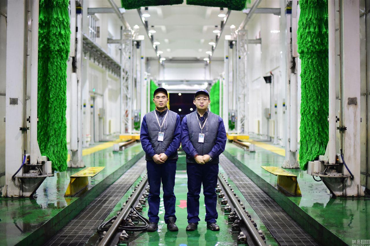 """青岛地铁""""搓澡工"""" :十几分钟洗一列地铁"""