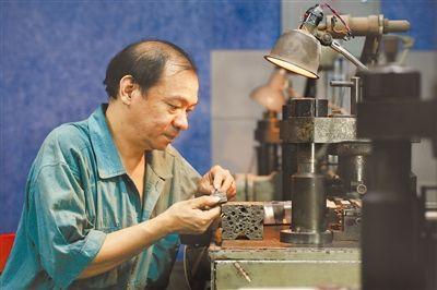 刘根敏:30年坚守制笔岗位 打造18K金笔尖