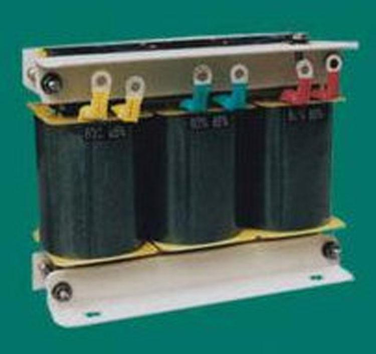 自偶减压变压器 自偶减压启动柜代理商 QZB系列自耦减压变压器(以下简称变压器)适用于交流50Hz,额定电压380V,额定输出容量300kW及以下的三相鼠型感应电动机,作不频繁操作条件下的降压起动,利用变压器降压的特点,降低电动机的起动电流,以改善电动机起动时对输电网络的影响。 本变压器可装配在XJ01及JJ1系列自耦减压起动箱中作为主要配件。